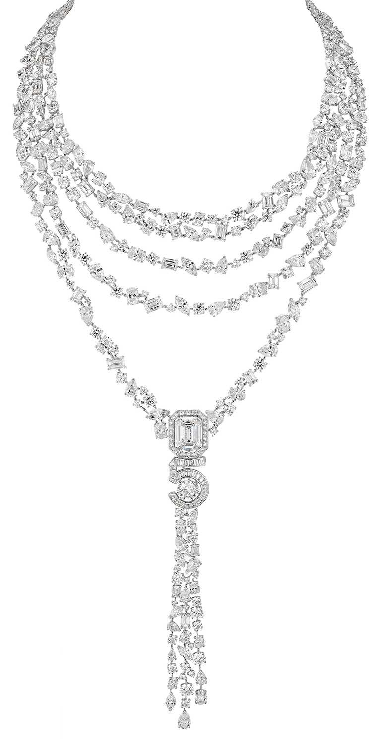 CHANEL「N°5」系列頂級珠寶,「Eternal N°5」項鍊,18K白金鑲嵌10.03克拉D-FL(Type IIa)祖母綠形切割鑽石、及1顆重約3.03克的D-FL圓形切割鑽石╱184,787,000元。(圖╱CHANEL提供)