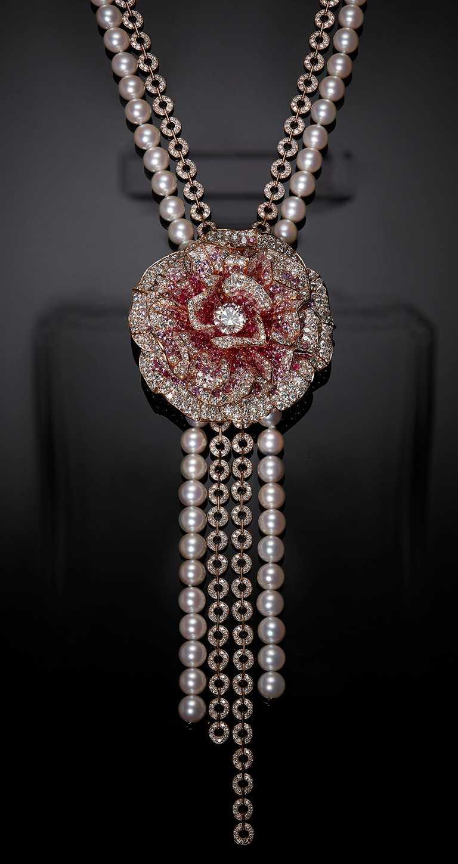 CHANEL「N°5」系列頂級珠寶,「May Rose」可轉換式項鍊,18K粉紅金鑲嵌鑽石、粉紅色藍寶石及養珠,及1顆重約2克拉D-IF圓形切割鑽石╱28,488,000元。(圖╱CHANEL提供)