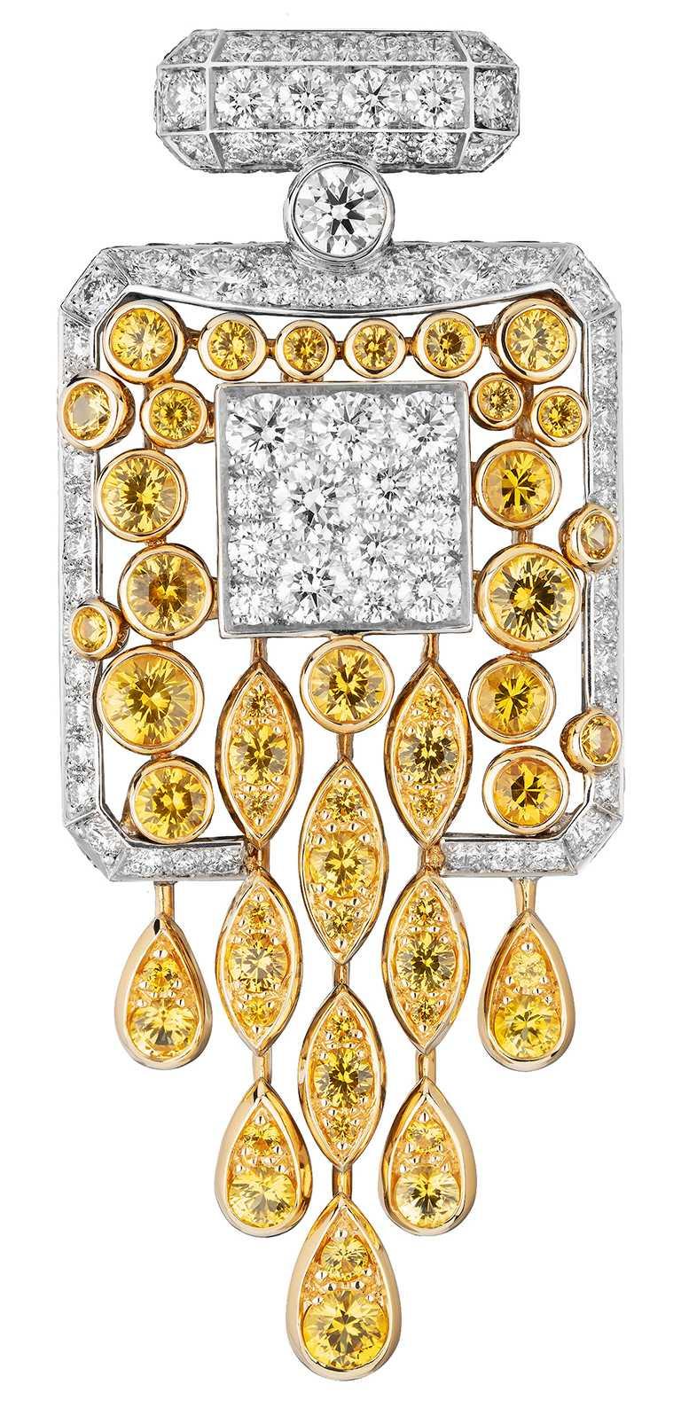 CHANEL「N°5」系列頂級珠寶,「N°5 Signature Bottle」胸針,18K黃金及白金鑲嵌黃色藍寶石及鑽石╱2,310,000元。(圖╱CHANEL提供)