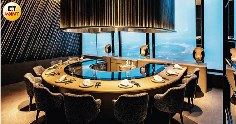室內設計如華麗星空,透過鐵板燒區大片落地窗,欣賞象山寬闊視野。(攝影/焦正德)