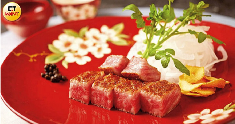 The Ukai Taipei鐵板燒指定用日本「田村牧場」的和牛,特色是脂甜肉香。(攝影/焦正德)