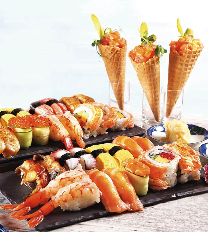 自助吧「炙燒鮭魚果蔬甜筒」與「握壽司」,結合酪梨、芒果切塊調味,鮮香爽口。(圖/50樓Café提供)