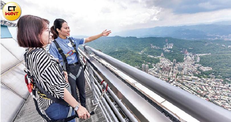 參加台北101「SKYLINE 460」套裝行程,身上安全釦連接柵欄,還有導覽員隨行解說市景,每回限12人。(攝影/張祐銘)