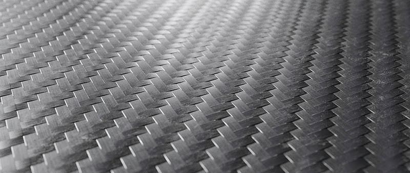 碳纖維必須先將纖維排列編織成「布」,再堆疊積層,接著注入樹脂成型,因此製品的表面會有布料格紋。