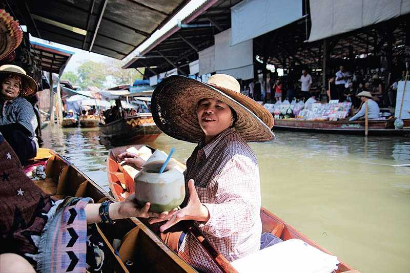 攤商划著小船,叫賣美味小吃與琳琅滿目的紀念品。記得貨比3「艘」再入手唷!(圖/官其蓁攝影)
