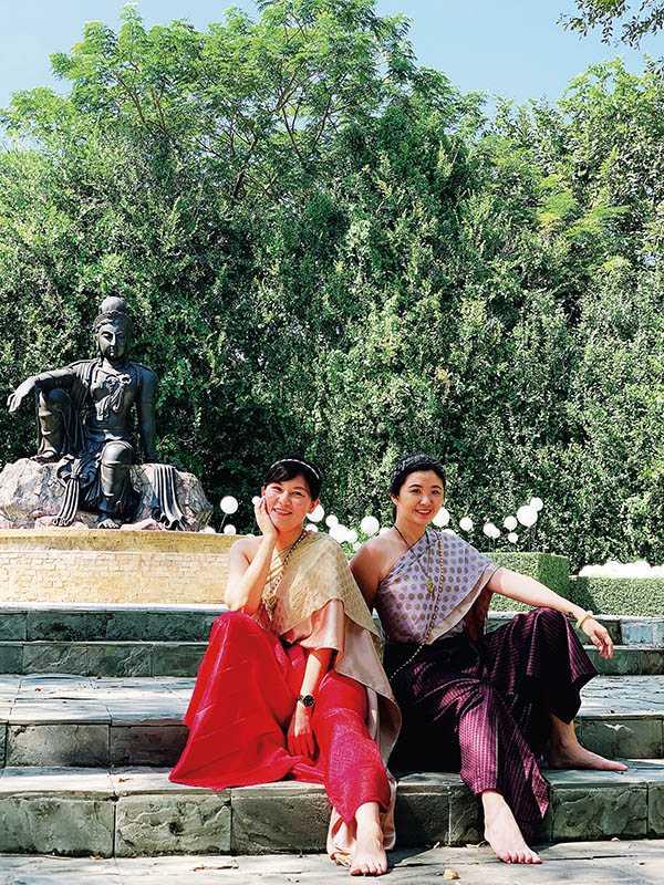 斜披肩配長窄裙,是泰國貴族專屬的服飾。(圖/官其蓁攝影)