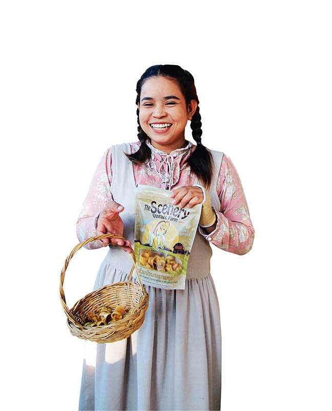 綿羊園內有不少小販叫賣香蕉果乾等特色點心(3包/100泰銖)。(圖/官其蓁攝影)
