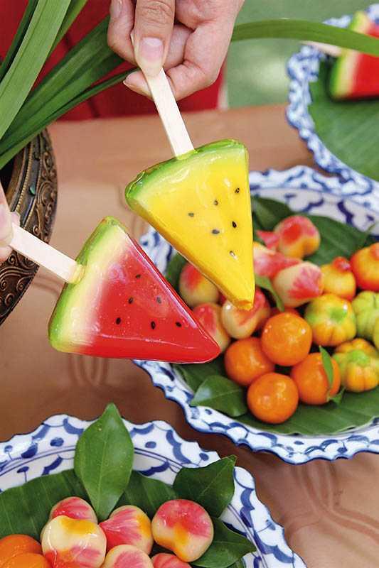 以綠豆泥、椰奶及白砂糖捏製的蔬果造型「迷你綠豆糕」,是過去進貢給皇室的精緻糕點(糕點DIY/200泰銖)。(圖/官其蓁攝影)