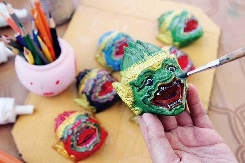 自費體驗的彩繪DIY,可以自行配色,描繪泰國民間傳說中的白猴王(彩繪DIY/100泰銖)。(圖/官其蓁攝影)