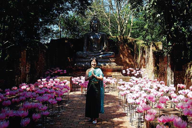 身著泰式傳統服飾,在各時期佛像前留下形同穿越時空的合影,是旅人到納薩塔公園一定要嘗試的體驗。(圖/官其蓁攝影)