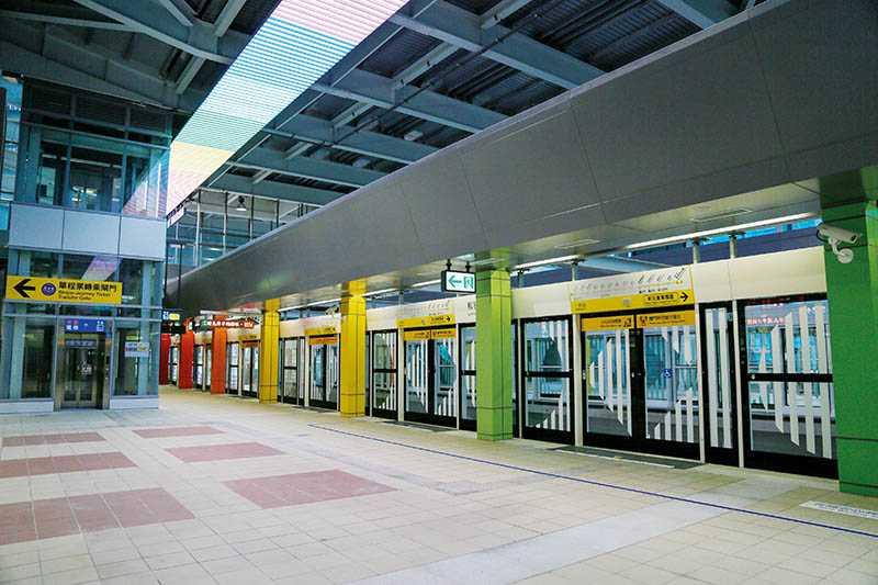 環狀線板橋站請來法國藝術家Daniel Buren操刀,以「七彩寶盒」為概念,打造色彩繽紛、充滿流動感的空間。(圖/新北市政府捷運工程局提供)