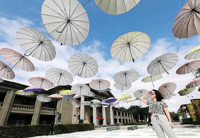 板橋435藝文特區有色彩繽紛的漂浮傘造景,童趣十足。(圖/于魯光攝影)