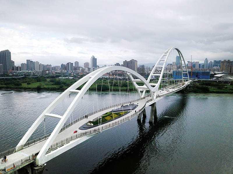 連接板橋與新莊的新月橋,橫跨大漢溪,視野遼闊壯觀。(圖/于魯光攝影)