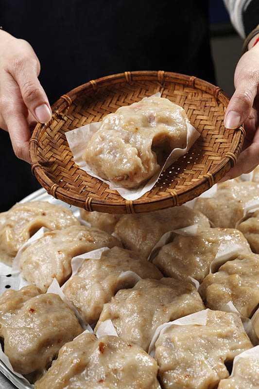 阿瑞官粿店的芋粿巧,是第四代研發改良的熱門餐點,配料經過爆香後,口味讓人回味無窮。(一個/30元)(圖/于魯光攝影)