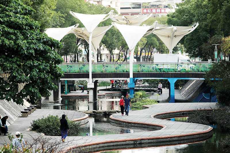 經過整治的中港大排,搖身一變為當地居民的親水散步公園。(圖/于魯光攝影)