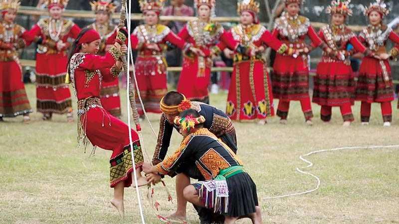 在小米收穫祭中登上鞦韆擺盪的年輕女孩,事前會親手編製祭典用的花環。