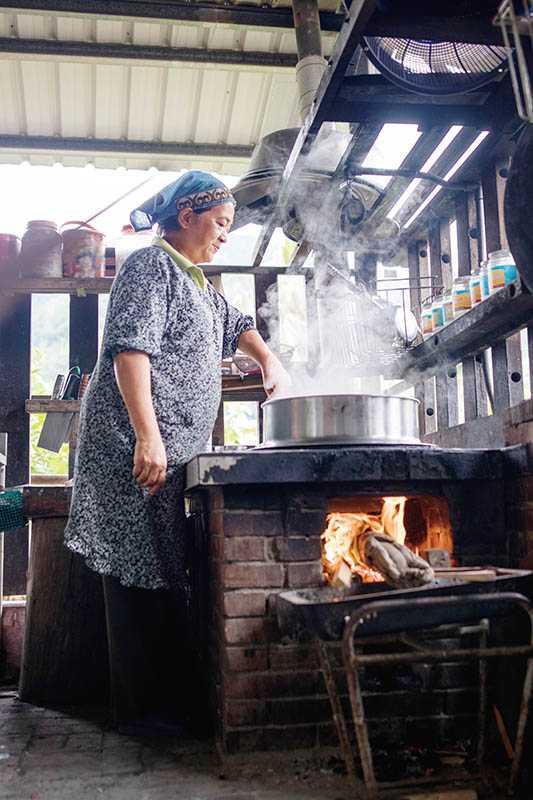 食物香氣隨著炊煙飄散,大廚媽媽的背影讓人安心。