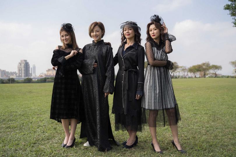 《姊妹們 追吧》劉宇珊、張允曦(小8)、柯淑勤和陳珮騏穿黑衣在草原中拍戲,自嘲很醒目。(圖/東森)