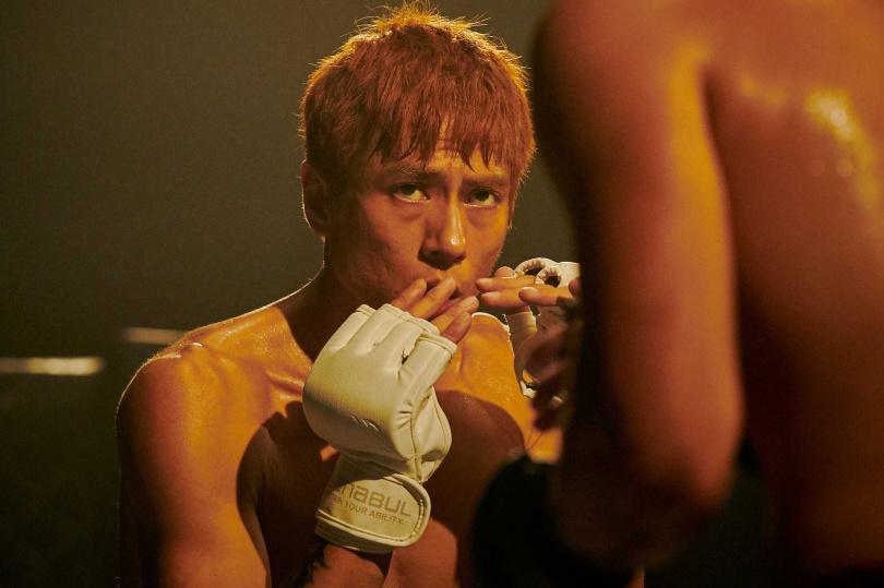 莊凱勛在《愛的廣義相對論》系列影集《最後一戰》,有精彩的拳擊打鬥戲。(圖/福斯傳媒)