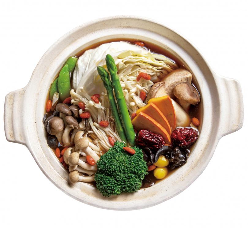 「元氣鮮菇鍋」的十全藥膳湯底,含有可補氣的當歸、黃耆,另外還有多種菇類及蔬菜,營養滿分。(560元/套餐) (圖/焦正德攝)