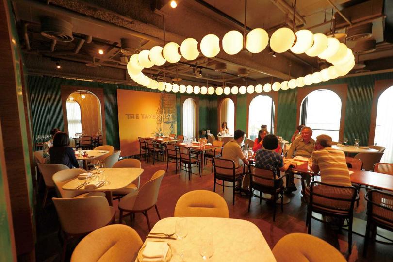 「THE TAVERNIST」融合騎樓拱門、翠綠竹型磚牆、燕子燈與鐵窗花圖騰等元素,呈現浮華摩登的氛圍。(圖/于魯光攝)