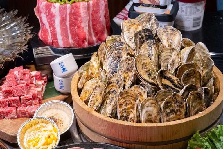 「熊一燒肉」向來以高CP值聞名,共有數十種食材可以吃到飽,圖為東石鮮蚵。