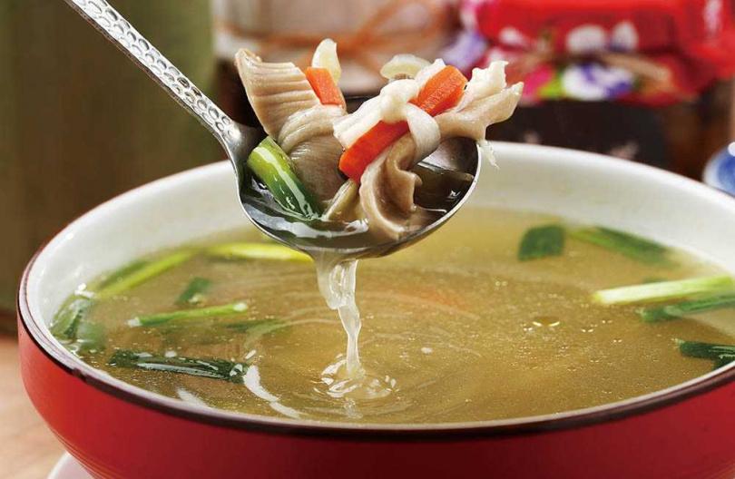 「酸菜豬肚結湯」不只費工,還包含傳統婦女惜食愛物的巧思在裡面。(580元)(圖/于魯光攝)