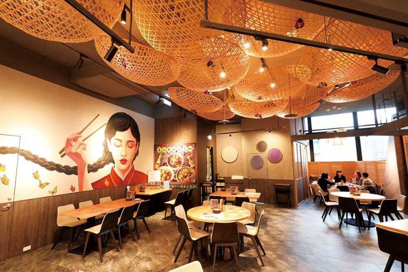 「真心台菜」微風南山店的牆上繪有東方姑娘壁畫,還有天花板的竹編燈飾,頗具台灣味。(圖/于魯光攝)