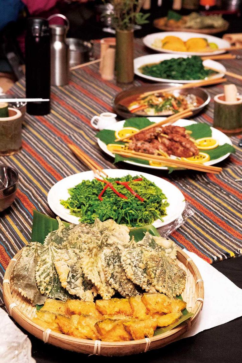 將苧麻葉、根莖處理過的全苧麻野宴,也是體驗營當中的一大特色。(圖/林士傑攝)