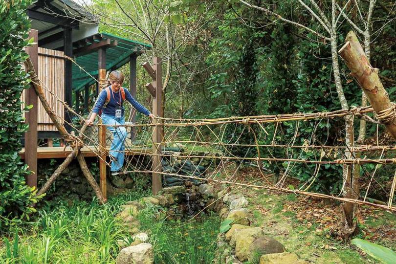 在頭目的帶領下,部落族人們合力完成近乎失傳的藤橋模型,也讓遊客親自穿越體驗。(圖/林士傑攝)