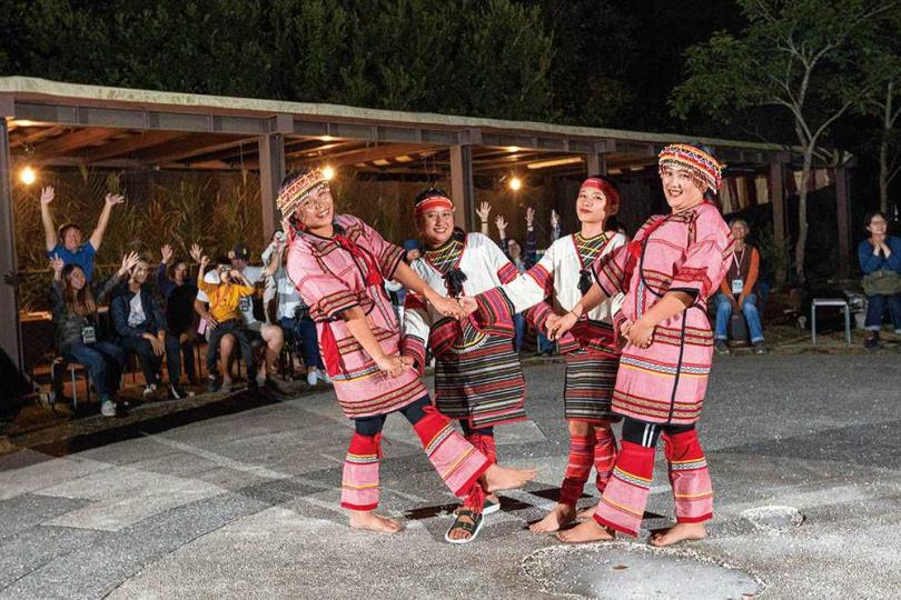 晚間可參與營火晚宴,跟著身穿傳統服飾的族人們熱情跳舞,感受快樂氛圍。(圖/林士傑攝)