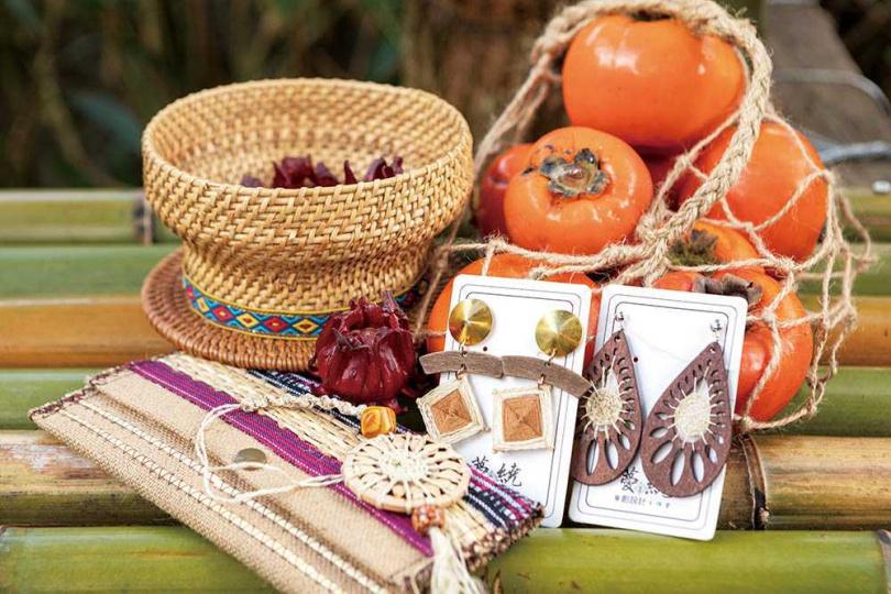 以苧麻線製作的耳飾、袋包,都能在周六、日的「麻必浩部落市集」買到。(圖/林士傑攝)