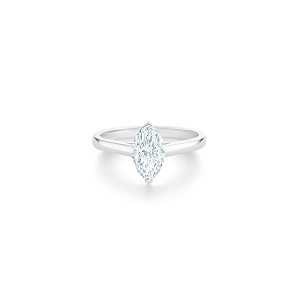 De Beers DB Classic 欖尖形切割鑽石戒指,主鑽1克拉起,訂價約NT$ 415,000起。