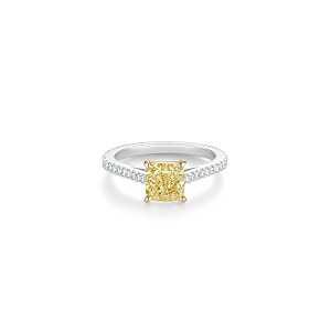 De Beers DB Classic 枕形切割黃鑽密釘鑲鑽戒指,主鑽1克拉起,訂價約NT$ 770,000起。