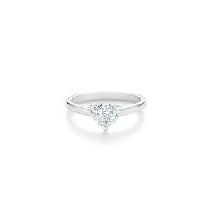 De Beers DB Classic 心形切割鑽石戒指,主鑽1克拉起,訂價約NT$ 415,000起。
