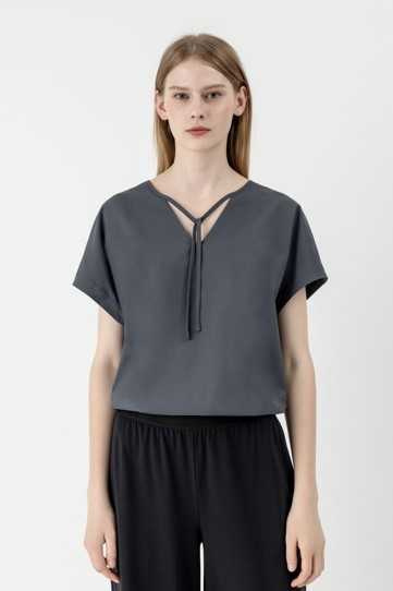 re:FYNE 100%無限循環系列,聚酯纖維V領上衣 $1,380