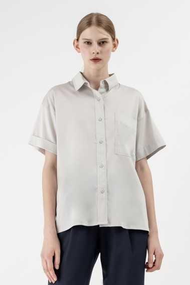 選用高級天絲棉,具良好垂墜度及高雅光澤。天絲棉落肩襯衫$1,780