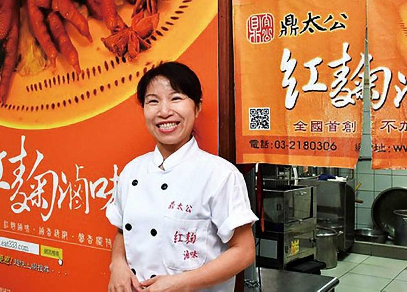 鼎太公創辦人陳云聆以家傳紅麴,完全不加一滴水製作紅麴滷味。(圖/鼎太公提供)