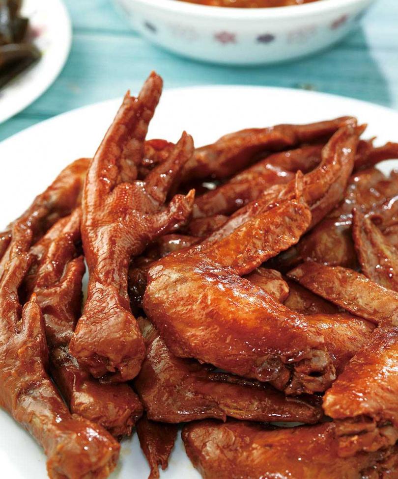 以紅麴加中藥滷製雞爪、雞翅,有著獨特醇厚滋味。(滷雞爪145元、滷雞翅150元)(圖/于魯光攝)