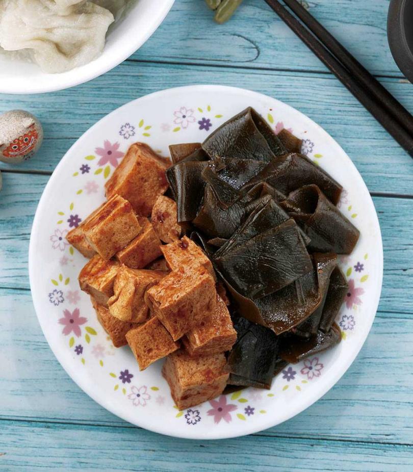 紅麴百頁凍豆腐和滷昆布,是老闆娘最愛。(昆布滷110元、百葉凍豆腐120元)(圖/于魯光攝)