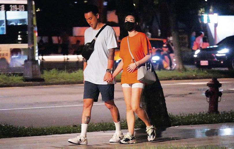 6月底時被拍到和朋友聚餐後,走路回家的蔡詩芸小腹微凸、不時撫肚的樣子。(圖/時報周刊資料)