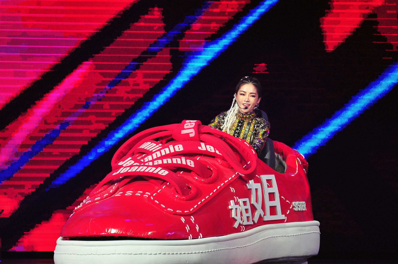 謝金燕花招百出,將「姐姐車」開上舞台。(圖/台視提供)