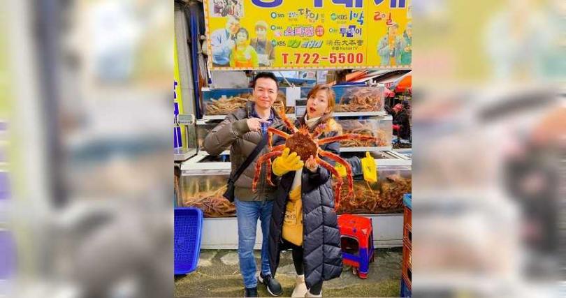 吳鈴山(左)與太太黃崇蘭在釜山開心吃海鮮。