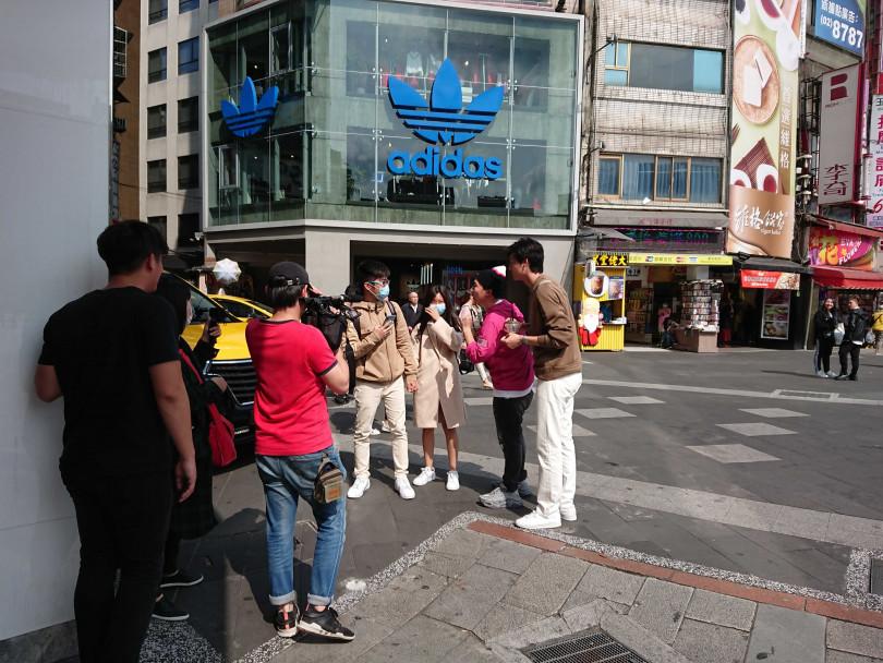 風田、張立東2人為完成任務,亂入路邊情侶自拍照。(圖/攝影組)
