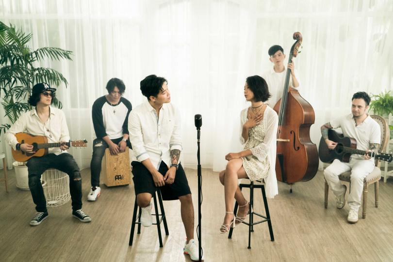 陳忻玥(前右)去年與師兄高爾宣(前左)以抒情版男女對唱方式重新詮釋〈Without You〉。(圖/陶山音樂提供)