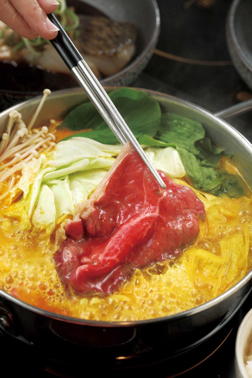 「薑黃咖哩鱻食火鍋」的昆布湯底中,加入可提升免疫力的薑黃。(490元)(圖/于魯光攝)