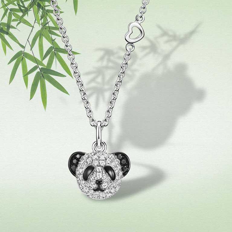 Qeelin「Petite Classic Bo Bo系列」18K白金鑲鑽和黑鑽石,熊貓項鍊╱68,800元。(圖╱Qeelin提供)