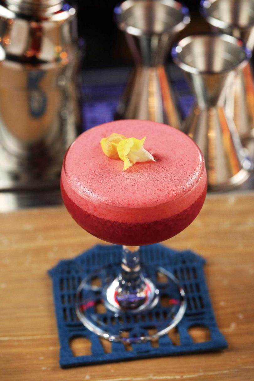 口感濃厚帶有果泥,加上玫瑰花香與水果的酸甜滋味,讓「三葉草俱樂部」極受女性客人喜愛。(400元)(圖/于魯光攝)