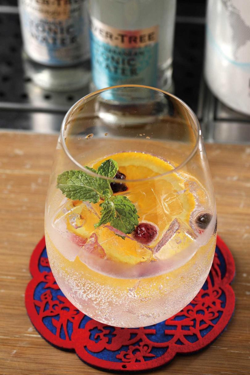 「Nordés Gin Tonic」用帶莓果香氣的西班牙「諾蒂絲琴酒」為基酒,加入柑橘口味的通寧水,果香清新。(400元)(圖/于魯光攝)