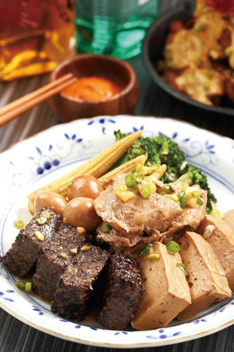 結合鹹水雞與加熱滷味的「鹽水風滷味拼盤」,用以杜松子製作的椒鹽與花椒油調味,香麻誘人。(三五○元)(圖/于魯光攝)